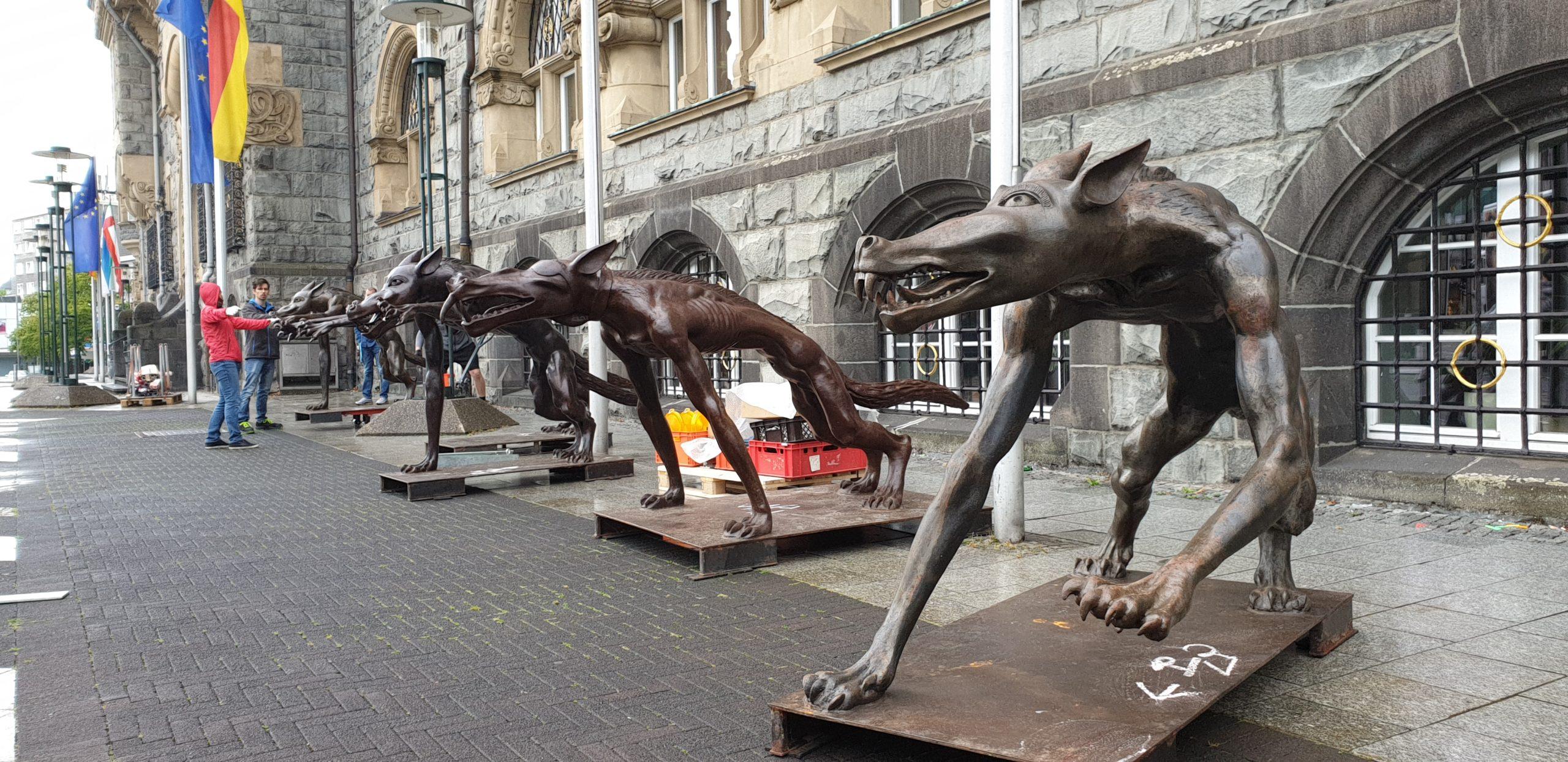 """""""Die Wölfe sind zurück"""" des Künstlers Rainer Opelka vor dem Rathaus Remscheid. Foto: Sascha von Gerishem"""
